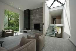 Guesthouse met spa en welness: minimalistische Woonkamer door KleurInKleur interieur & architectuur