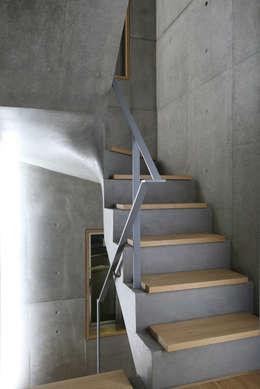 Pasillos y recibidores de estilo  por 東章司建築研究所