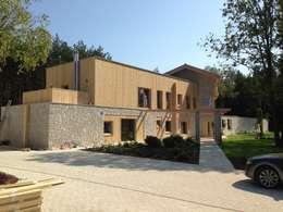Rezydencja pod Warszawą: styl nowoczesne, w kategorii Domy zaprojektowany przez Innebo