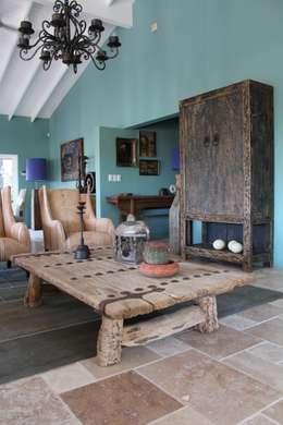 Koloniale villa in Curaçao: landelijke Woonkamer door Alex Janmaat Interieurs & Kunst