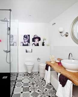 Baños de estilo ecléctico por Disak Studio
