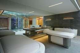 Guesthouse met spa en welness: minimalistische Spa door KleurInKleur interieur & architectuur