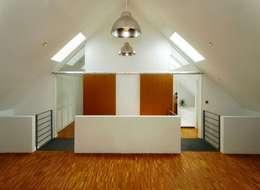 Gang en hal door Architekten Lenzstrasse Dreizehn