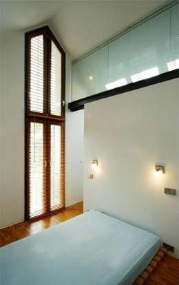 Architekten Lenzstrasse Dreizehn: modern tarz Yatak Odası