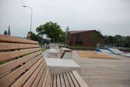 Bank naar eigen ontwerp bij een sport en speelplek om op diverse manieren te zitten, te hangen, te loungen en ook om te zien en gezien worden.: moderne Tuin door Buro Topia stads- en landschapsontwerp