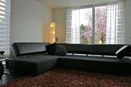 jaren 50 woning verbouwd: moderne Woonkamer door KleurInKleur interieur & architectuur