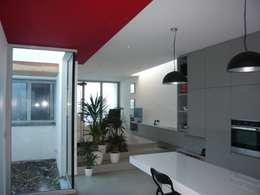 Salon et puits de lumière: Salon de style de style Minimaliste par Atelier d'architecture François Misonne