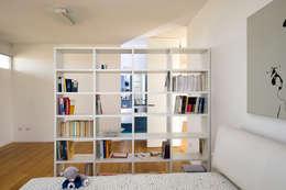 Libreria Per Camera Da Letto : Angolo dell interiore della camera da letto con libreria tonica