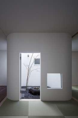 Jardines de estilo asiático por ARCHIXXX眞野サトル建築デザイン室