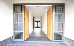 Entree en hal - modern landhuis te Vinkeveen:  Gang en hal door Building Design Architectuur