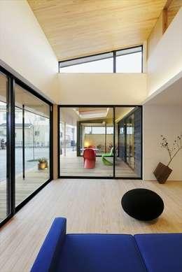 Yakisugi House: 長谷川拓也建築デザインが手掛けたリビングです。