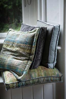modern Living room by LINTELOO