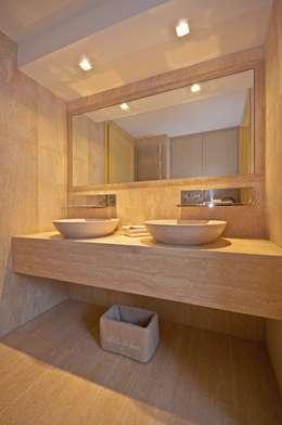 Baños de estilo moderno por Francesca Bonorandi
