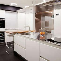 minimalistic Kitchen by Sube Susaeta Interiorismo