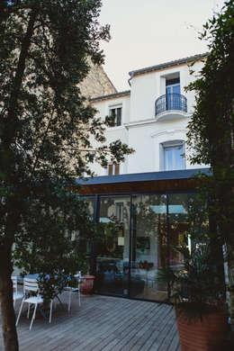 La Maison de Gilles & Nathalie: Jardin d'hiver de style  par Maguelone Vidal Architectures