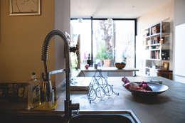 Cocinas de estilo industrial por Maguelone Vidal Architectures