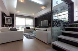 separa la escalera del resto de los espacios con una pared de vidrio