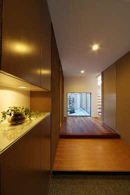川を望む家: ヒロノアソシエイツ一級建築士事務所が手掛けた廊下 & 玄関です。
