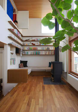 Salas / recibidores de estilo escandinavo por 長浜信幸建築設計事務所