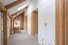 Landing: minimalistic Corridor, hallway & stairs by Whitaker Studio