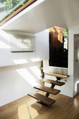 entrée: Couloir et hall d'entrée de style  par tina merkes architecte