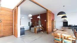 CASA CANYONS DO LAGO : Cozinhas rústicas por Mutabile