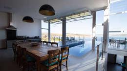 CASA CANYONS DO LAGO : Salas de jantar rústicas por Mutabile