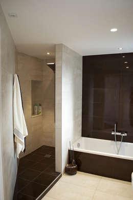 modern Bathroom by Intra Arquitectos