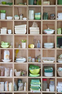 Caissons empilables en bois, modèle carré: Locaux commerciaux & Magasins de style  par les petites emplettes