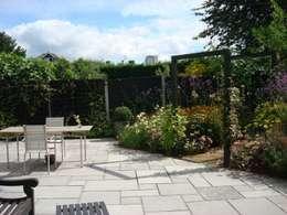 Long, narrow, contemporary garden design, Woking, Surrey: modern Garden by Linsey Evans Garden Design