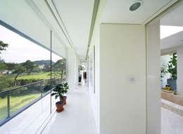 Floating House: hyunjoonyoo architects의  복도 & 현관