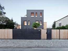Dom jednorodzinny / elewacja frontowa: styl minimalistyczne, w kategorii Domy zaprojektowany przez Easst.com