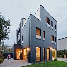 Dom jednorodzinny / perspektywa 2: styl minimalistyczne, w kategorii Domy zaprojektowany przez Easst.com