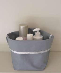 panier de rangement en tissu enduit: Salle de bain de style de style Classique par STRAPONTIN