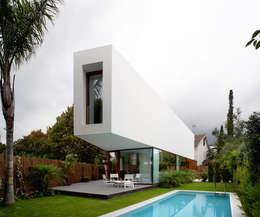 Casas de estilo minimalista por THK Construcciones