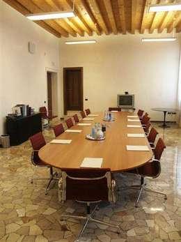 Il tavolo riunione tra classico e moderno - Tavolo multimediale ...