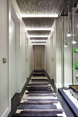 Couloir et hall d'entrée de style  par Mimoza Mimarlık