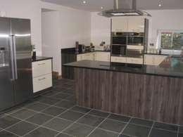 Cocinas de estilo moderno por Floors of Stone Ltd