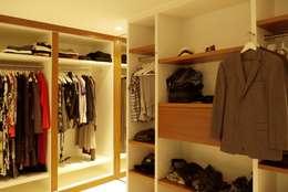 Inloopkast: moderne Slaapkamer door Leonardus interieurarchitect