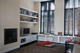 zithoek 2: eclectische Woonkamer door HET LINDEHUYS interieurvormgeving