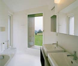 Ванные комнаты в . Автор – AllesWirdGut Architektur ZT GmbH
