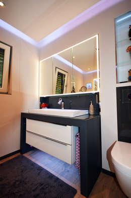 Waschtischanlage mit Spiegelschrank in der Wand eingelassen: moderne Badezimmer von homify