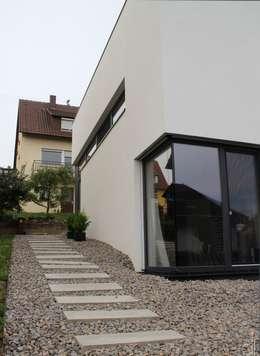 kleines wohnhaus in schwarz wei. Black Bedroom Furniture Sets. Home Design Ideas
