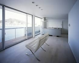 Soggiorno in stile in stile Moderno di 有限会社アルキプラス建築事務所
