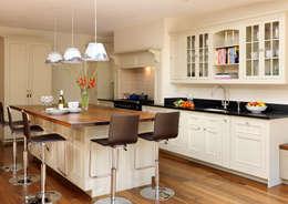 Cozinhas clássicas por Harvey Jones Kitchens