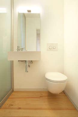 Casa em S. Salvador: Casas de banho clássicas por m2.senos