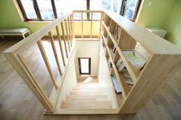 부부침실에서 1층으로 내려가는 계단: 주택설계전문 디자인그룹 홈스타일토토의  복도 & 현관