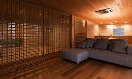 KAWARA: 宝角建築アトリエが手掛けたリビングです。