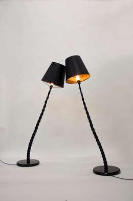 Haute Bamboo Lamp: moderne Woonkamer door Bo Reudler Studio