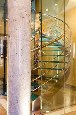 Detalle de escalera con ascensor: Pasillos, vestíbulos y escaleras de estilo moderno de Rubén Sánchez Albillo. Arquitecto